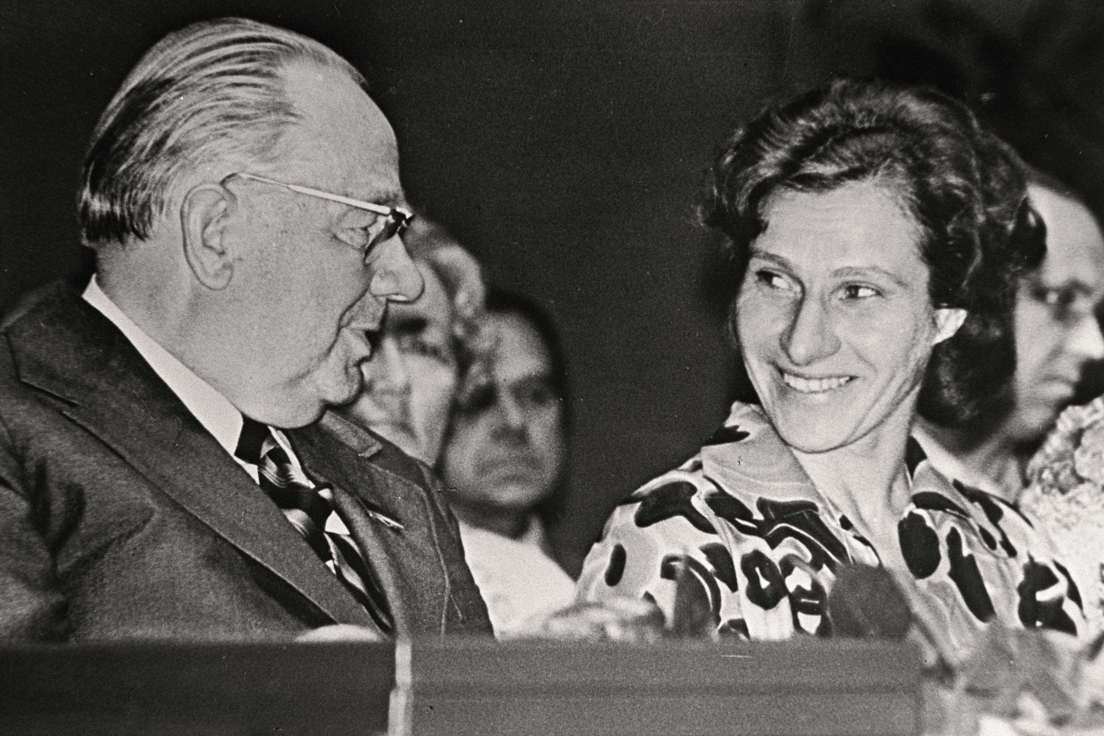 EFA.204.0-101934 Johannes Käbin ja Leida Peips 2. juulil 1975 Viljandi näidissovhoosile Tööpunalipu ordeni andmisel viisaastaku plaanide ennetähtaegse täitmise eest.
