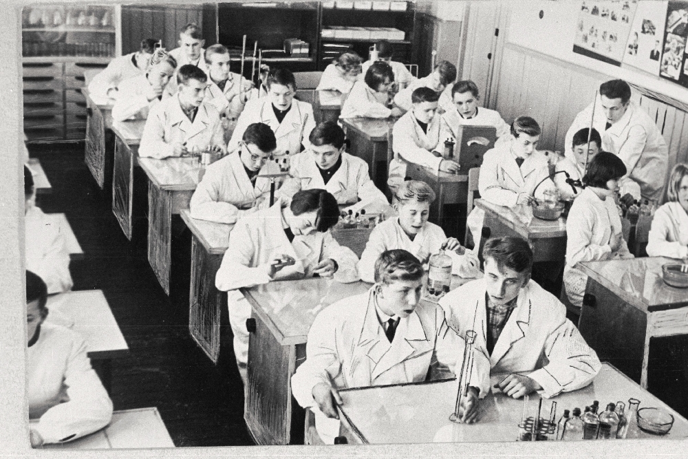 Võru 1. Keskkooli keemiaringi liikmed keemiaõpetaja E. Susi juhendamisel laboratooriumis praktilisi töid sooritamas, 1965. Fotograaf: H. Kask. EFA.373.0-102008