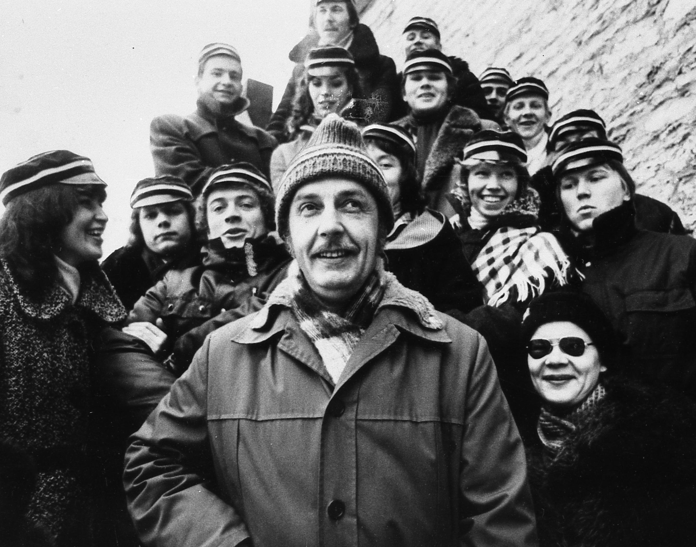 Tallinna Riikliku Konservatooriumi lavakunstikateedri X lennu lõpetajad. Esiplaanil õppejõud Aarne Üksküla, 1982. Foto: Jaan Rõõmus. RA, EFA.415.0-117804. 0-117804_ft