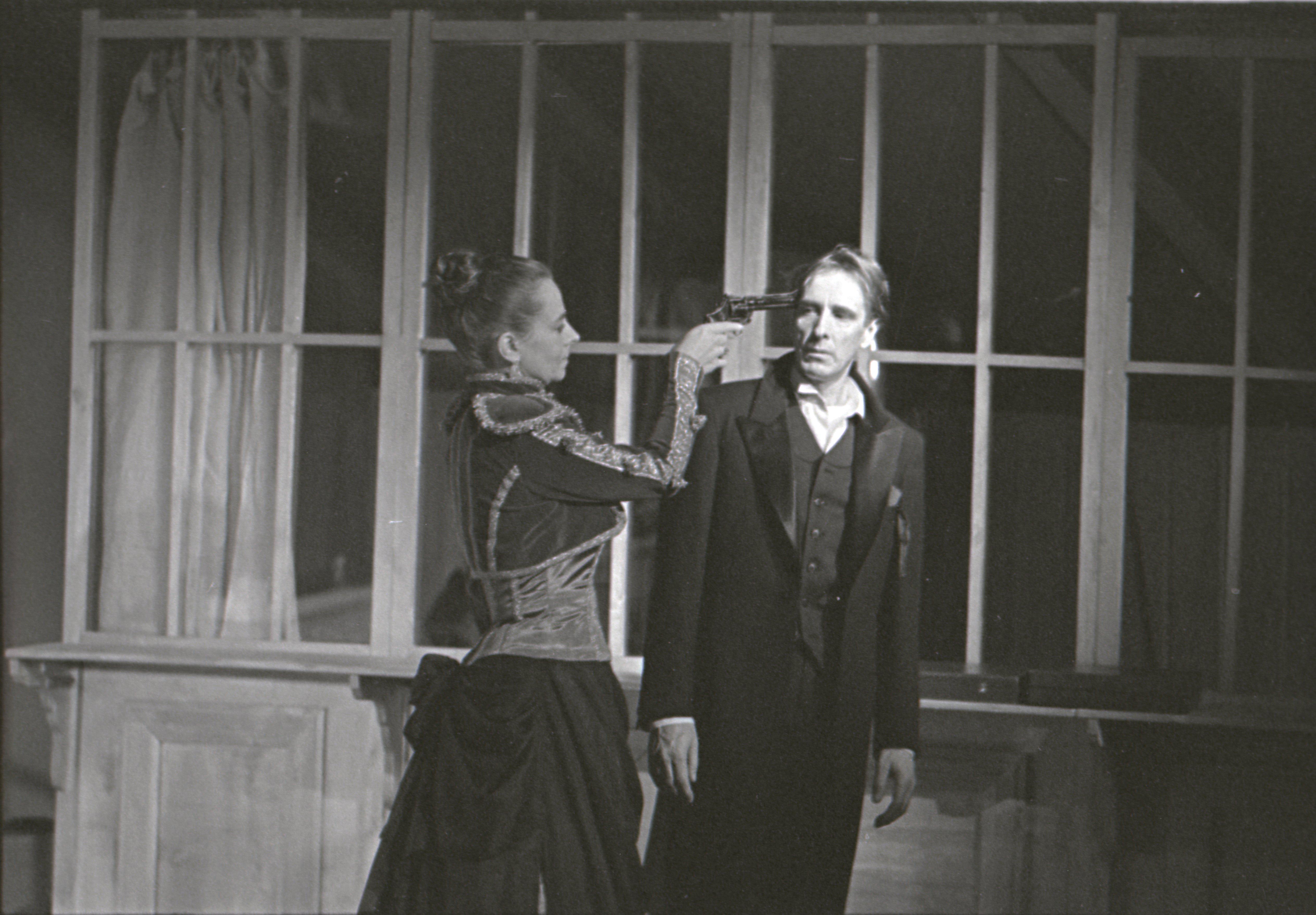 """EFA 0-152593. Stseen Ibseni draamast """"Hedda Gabler"""" Draamateatris – Hedda Gabler – Ülle Kaljuste ja Ellert – L. Ulfsak. Foto: Vambola Salupuu, 1993"""