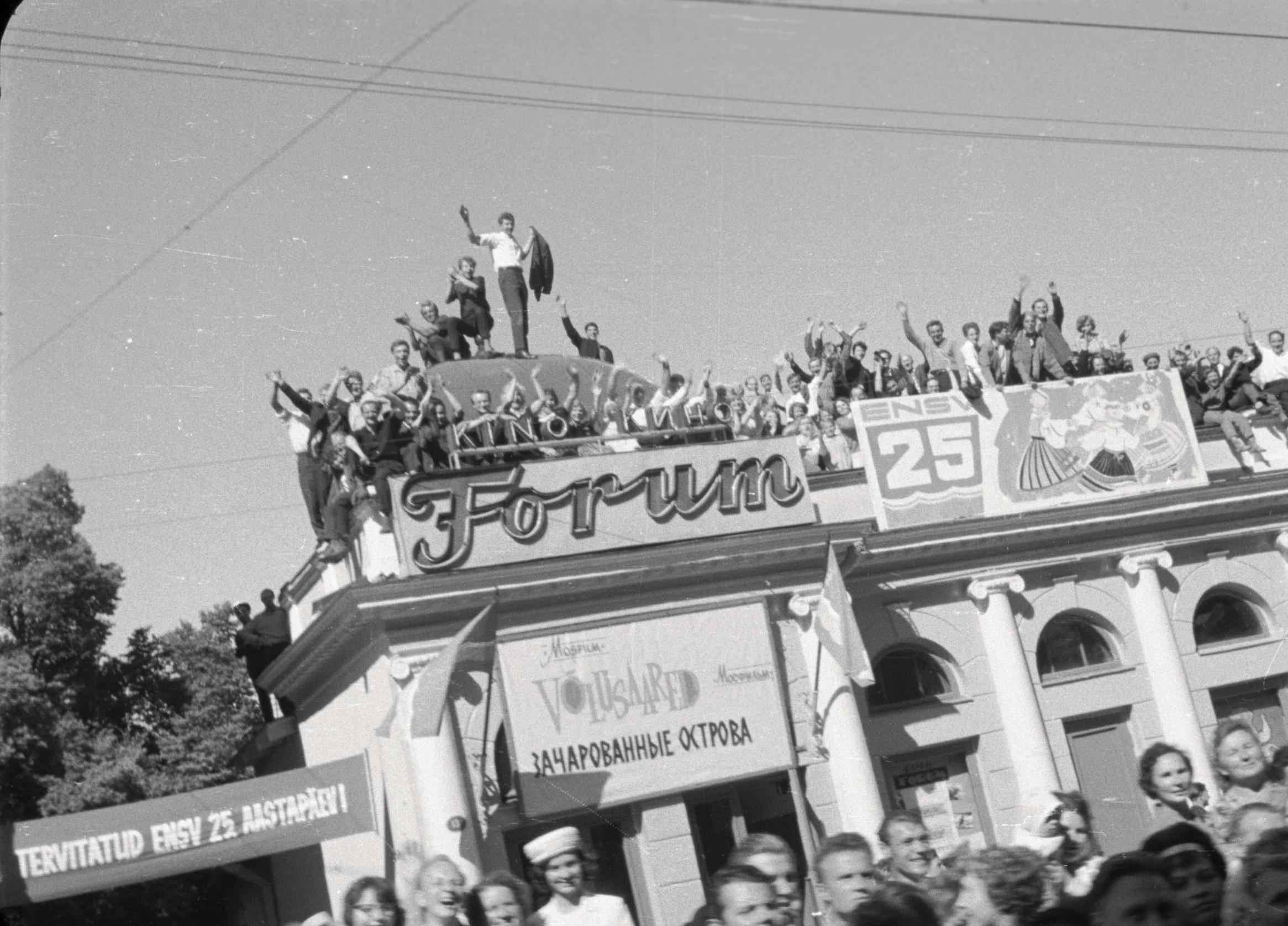 """Kaader filmis """"Laul, ava tiivad!"""". Rongkäigu jälgijad kino """"Forum"""" katusel. EFA. 664.0-198652"""