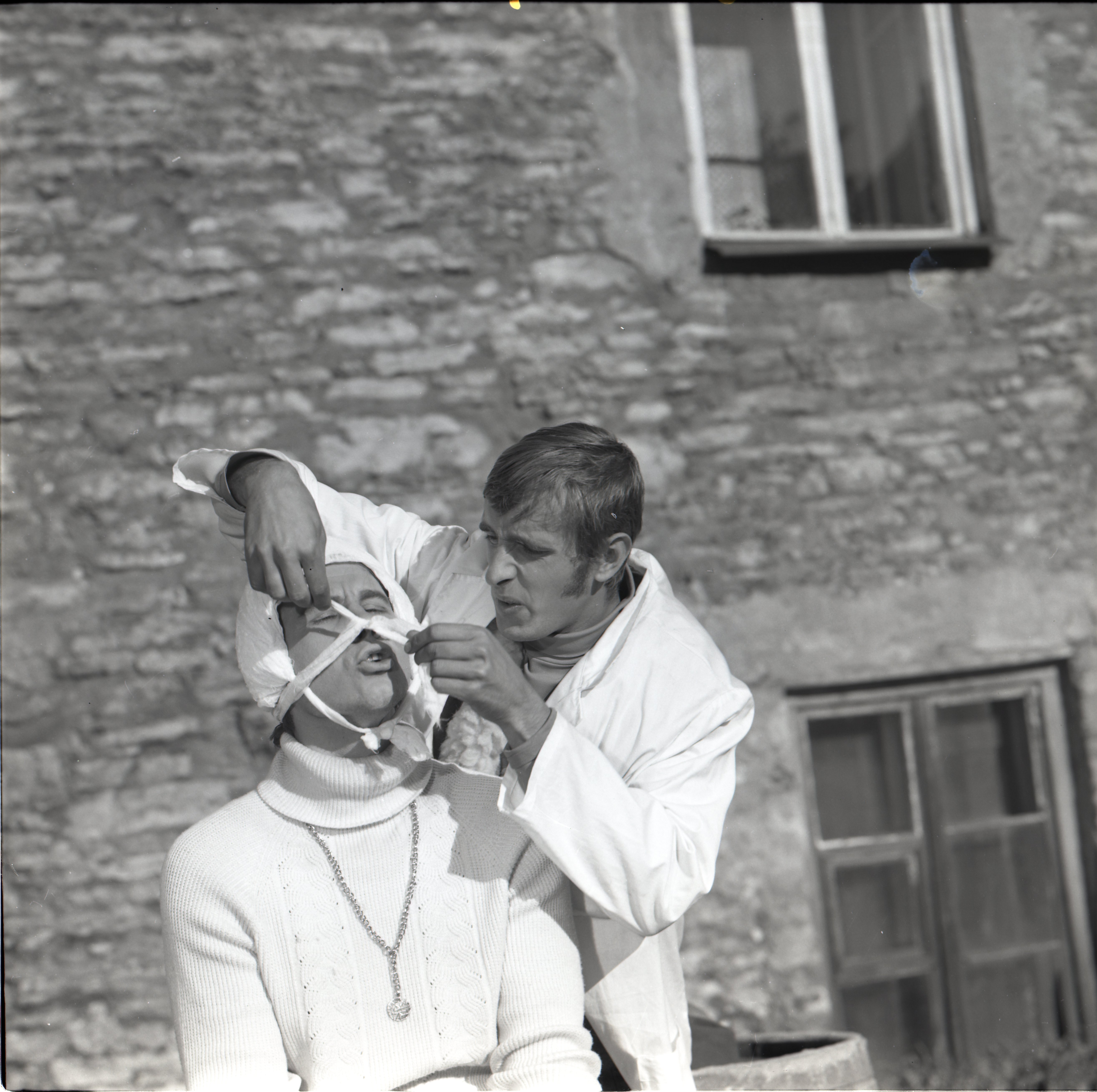 "EFA 0-204328. Stseen mängufilmist ""Don Juan Tallinnas"" – Florestino – Lembit Ulfsak tohterdab Don Carlost – Igor Kurve. Foto: Tatjana Dobrovolskaja, 1971"
