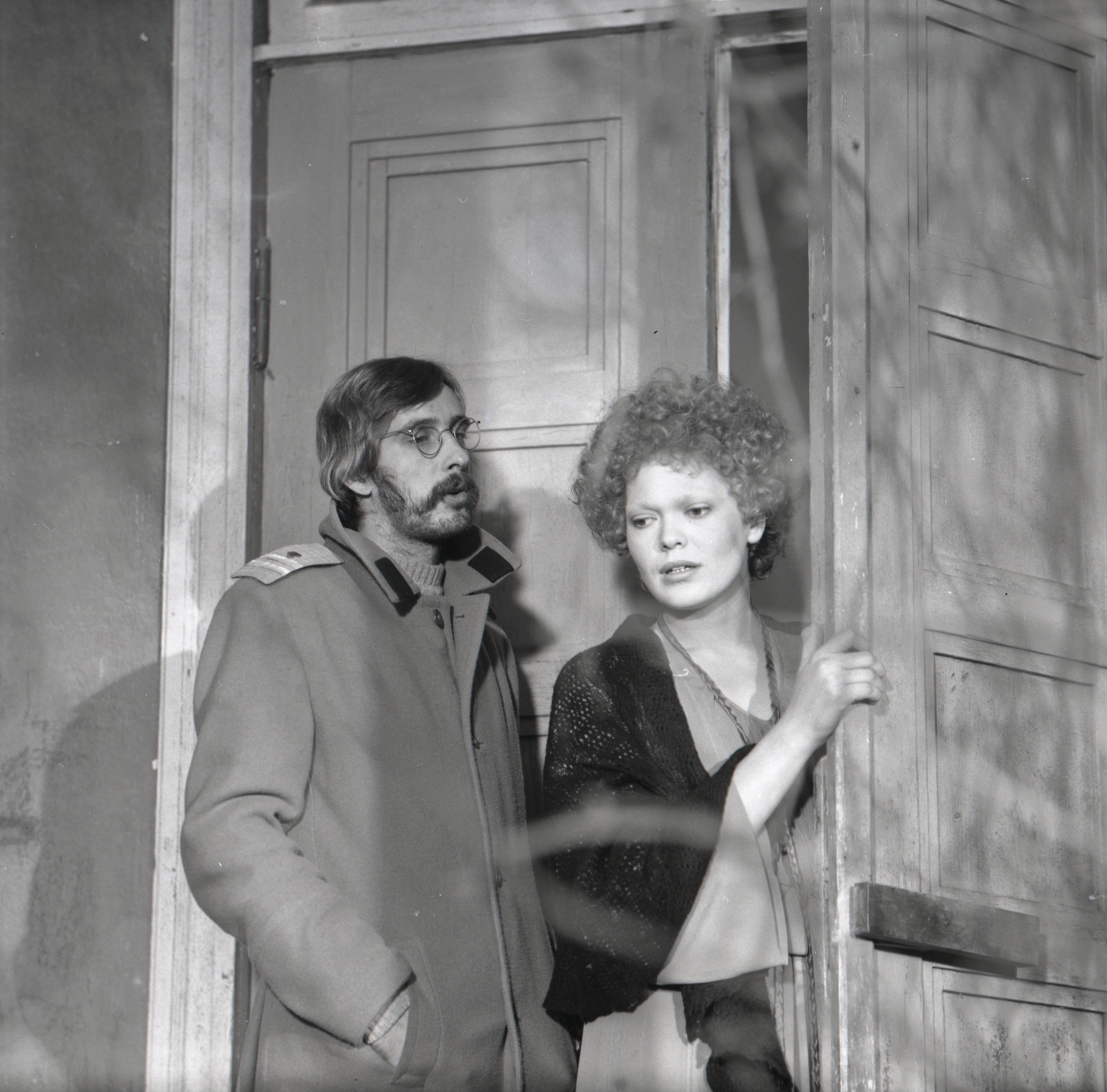"""EFA 0-205247. Lühimängufilm """"Promenaad"""" filmialmanahhist """"Karikakramäng"""" – Hans-Eerik – Lembit Ulfsak ja Tütarlaps – Elle Kull. Foto: Tallinnfilm, 1977"""