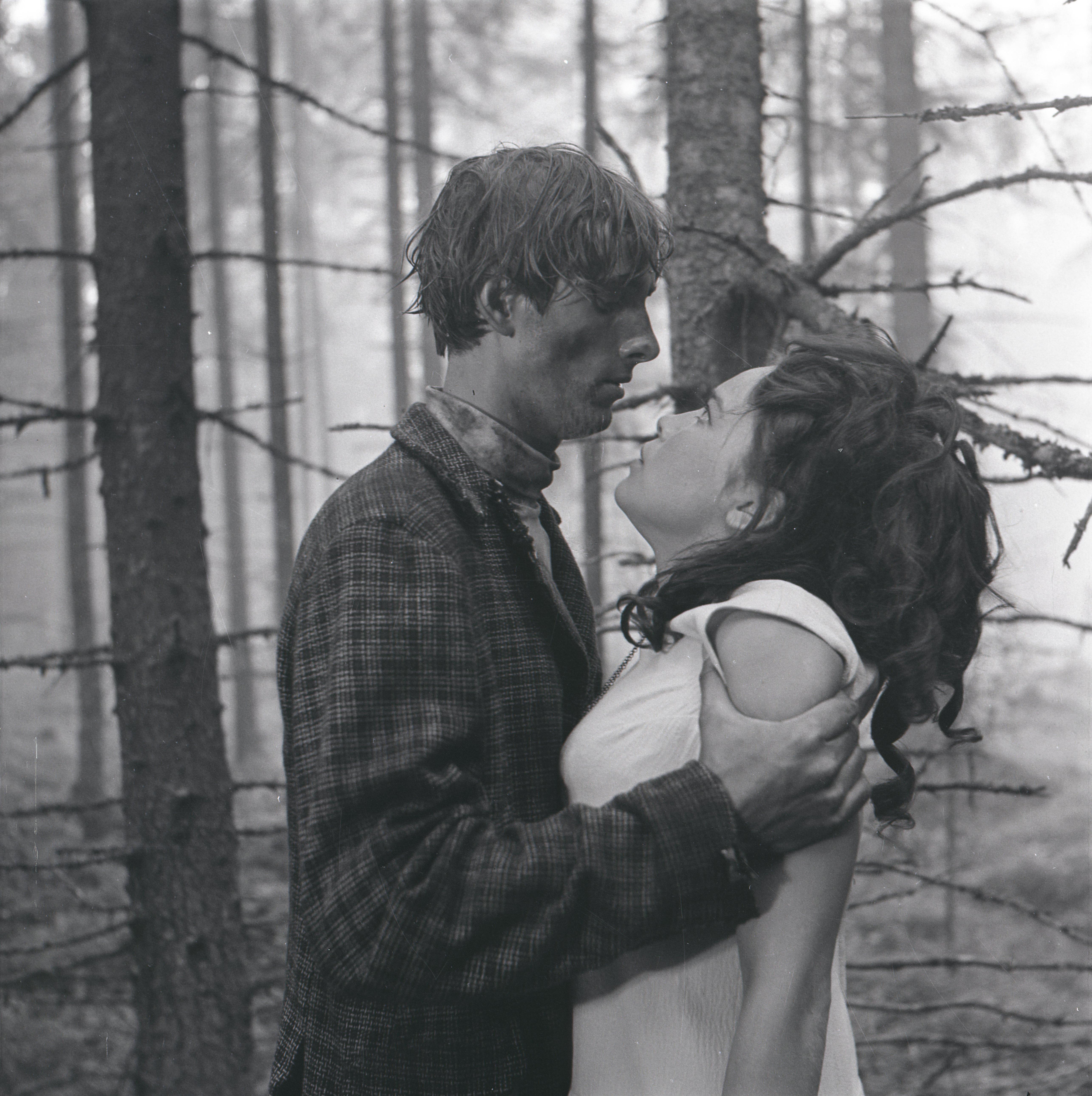 """EFA 0-213835. Mängufilm """"Tuulevaikus"""" – Tuisu-Taavi – Ulfsak ja Riti – Aime Veskimägi. Foto: Oti Vasemaa, 1970"""