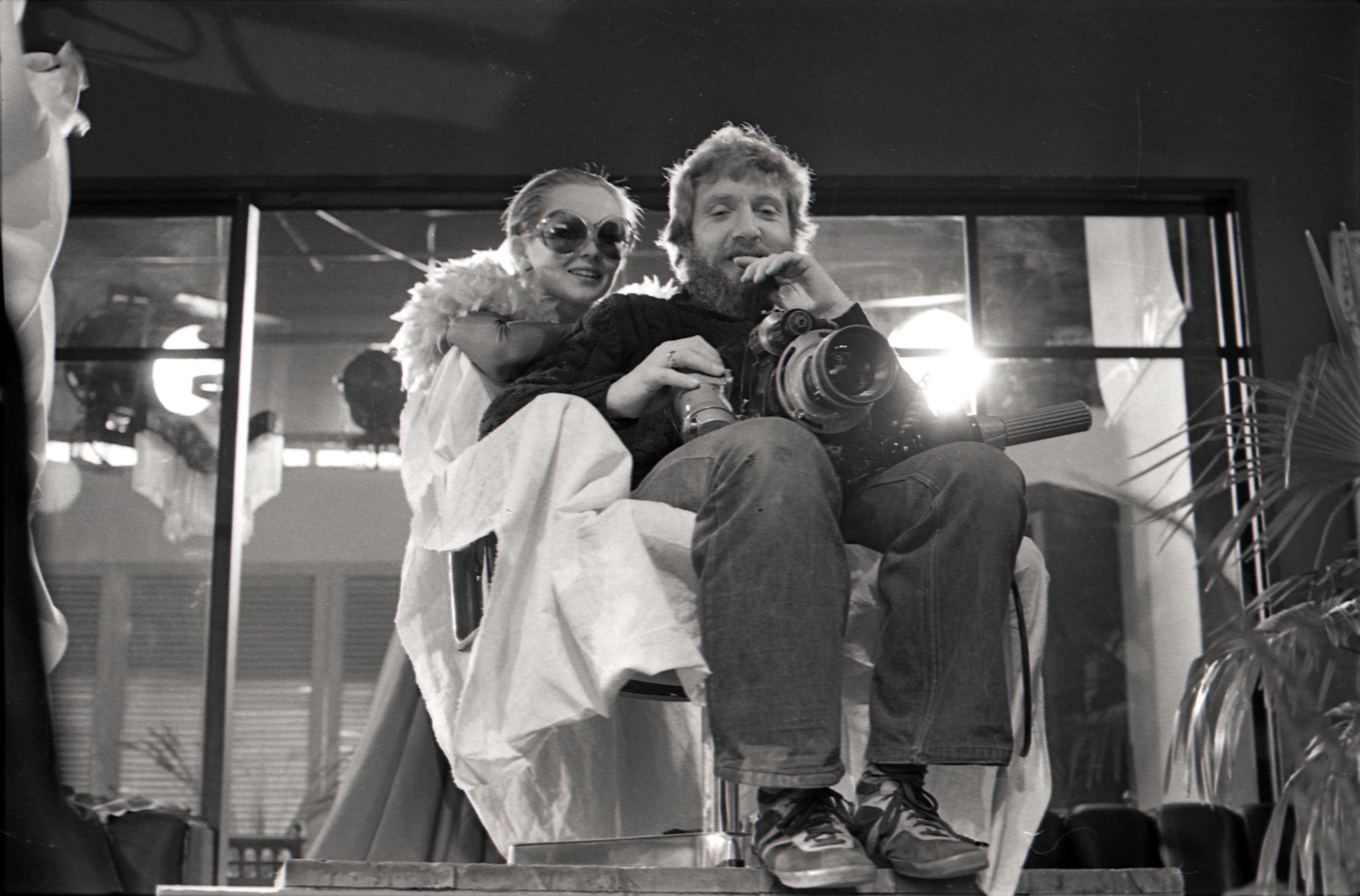 """Tallinnfilmi mängufilmi """"Hukkunud Alpinisti hotell"""" võtteplatsil. Operaator Jüri Sillart ja neiu Bruni osatäitja Nijole Oželyte. Foto: Viktor Mendunen, 1978–79, EFA 0-340761"""