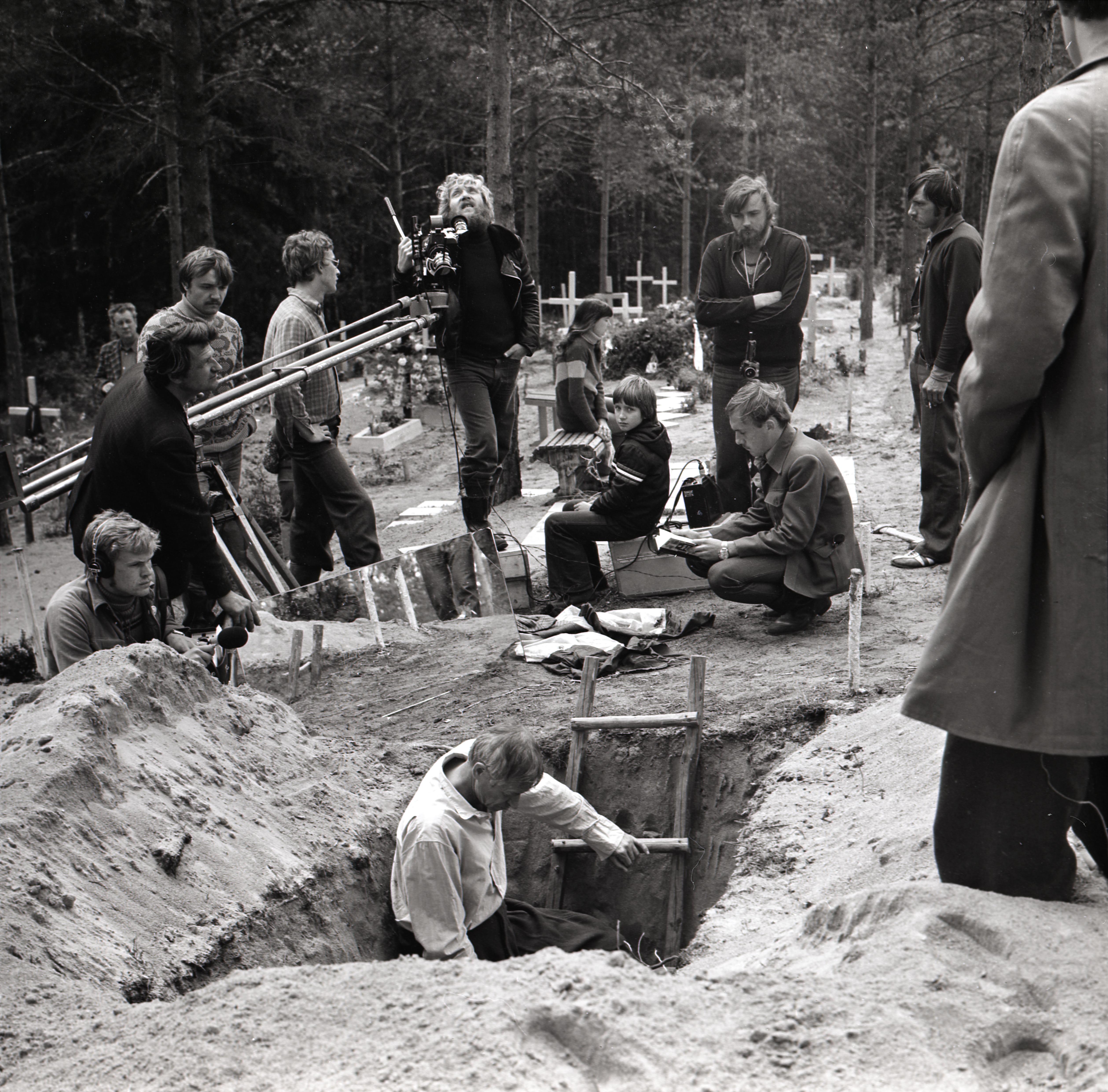 """Tallinnfilmi mängufilmi """"Metskannikesed"""" võttegrupp, ees keskel režissöör Kaljo Kiisk, kaamera taga operaator Jüri Sillart. Foto: Viktor Mendunen, 1979–80, EFA 0-340961"""