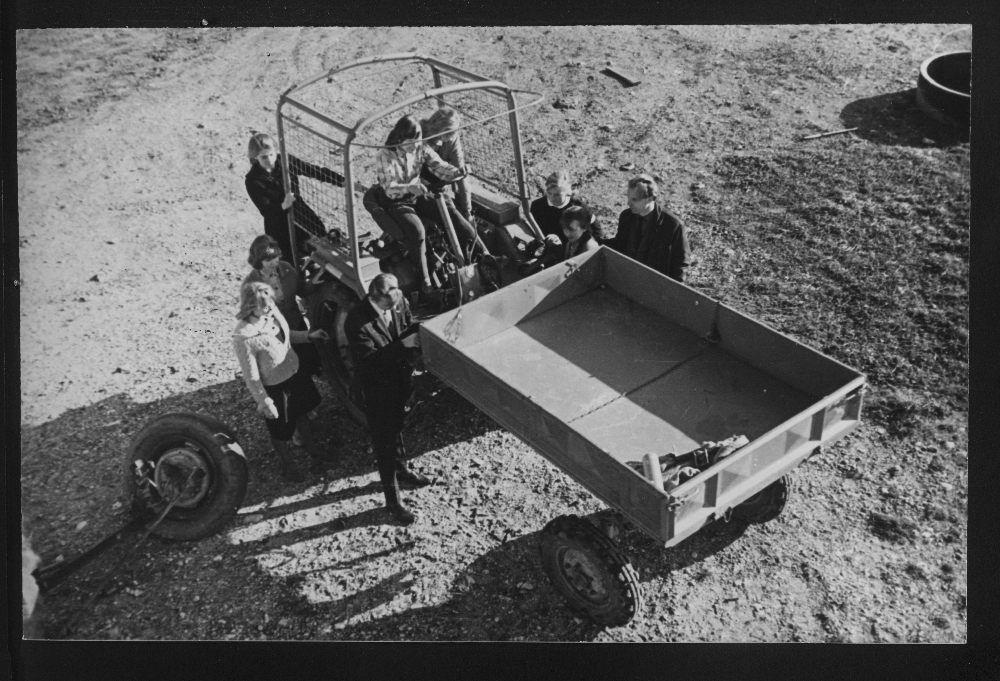 Juuru Keskkooli õpilased polütehnilise õppuse tunnis traktoripraktikal, 1965. Fotograaf: Arvi Kriis. EFA.260.0-35574