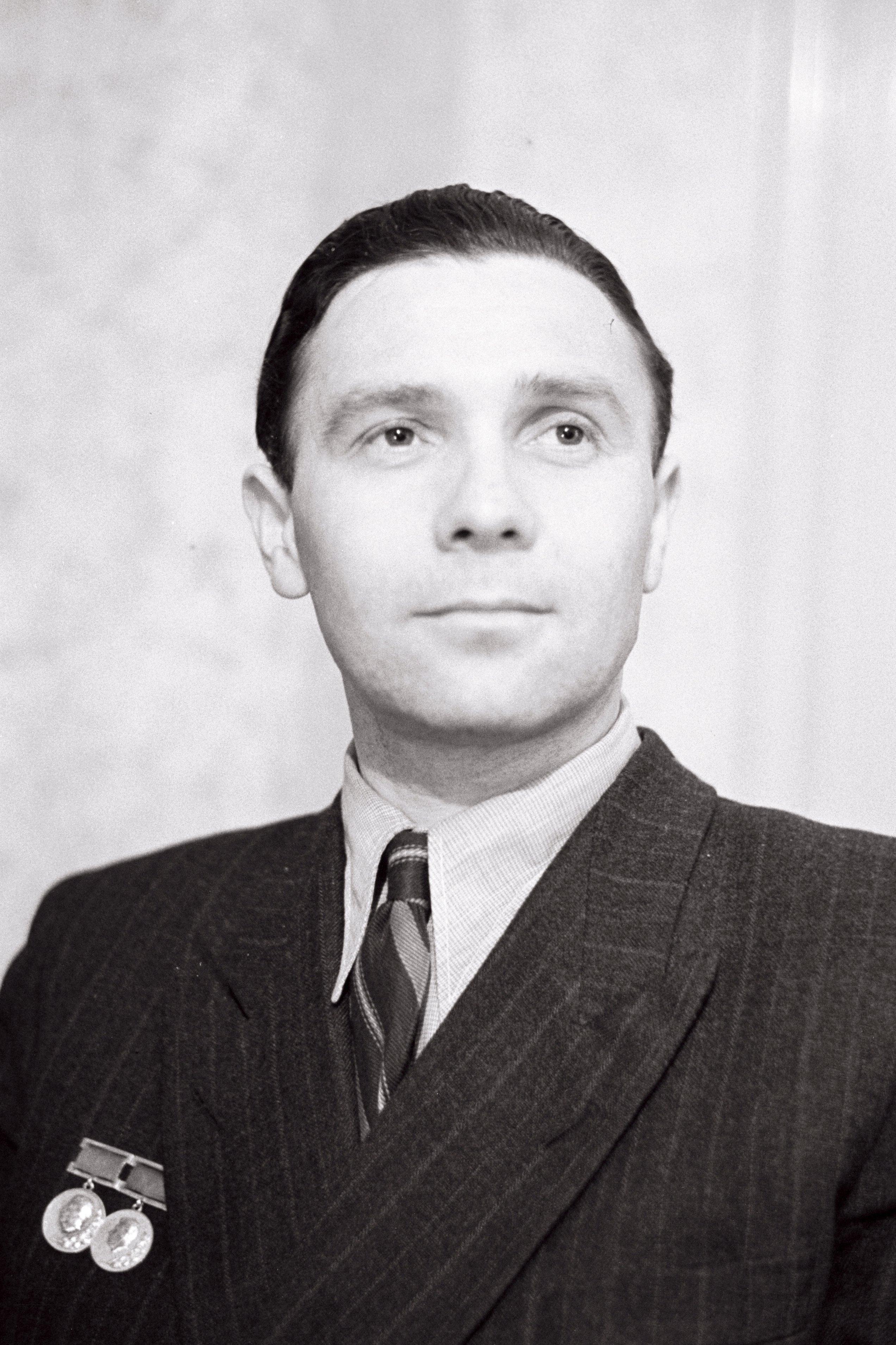 EFA 0-3784. Riikliku preemia laureaat, Tallinna Kinostuudio operaator Semjon Školnikov. Foto: Vladimir Gorbunov, 1951