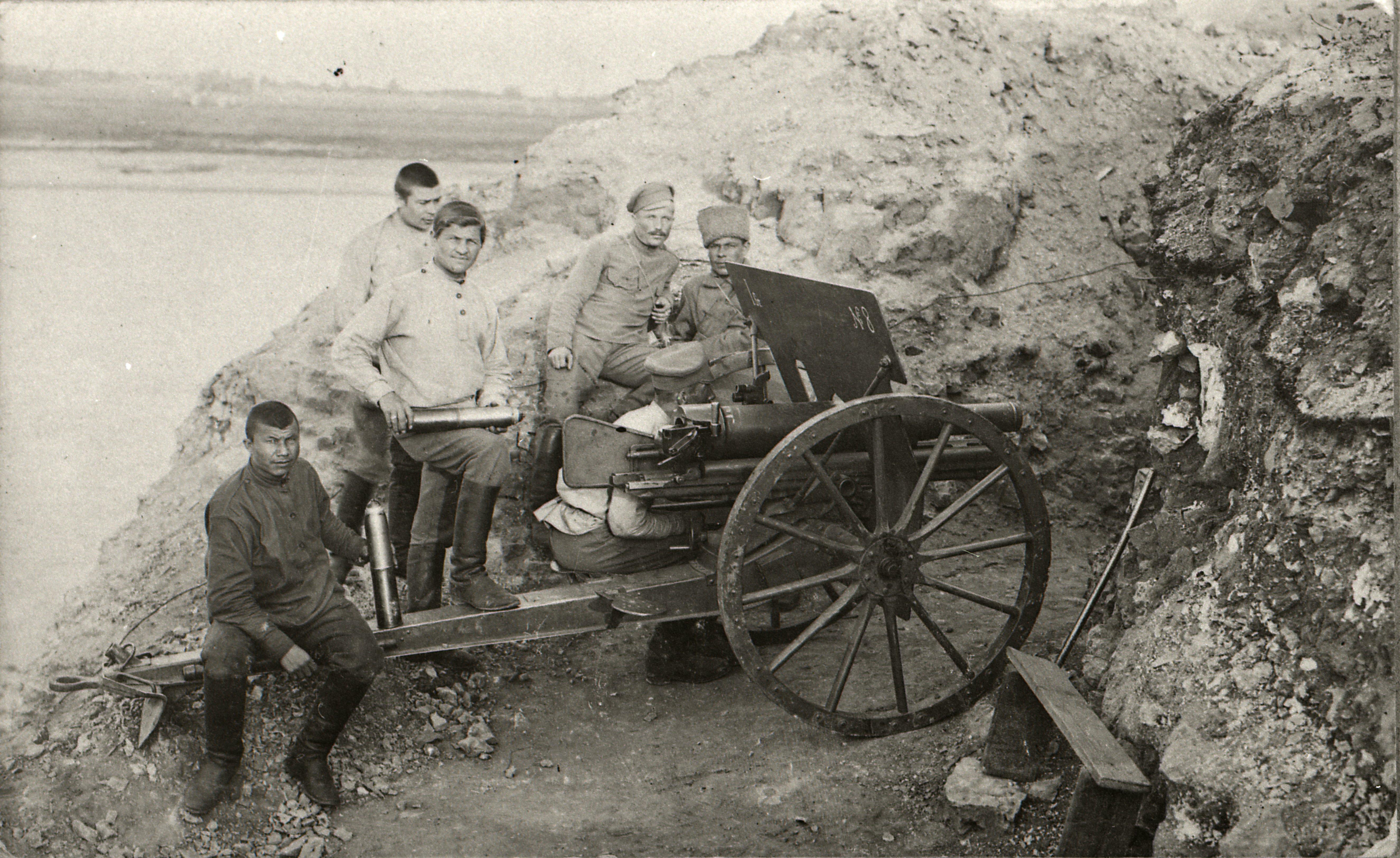 Vene 33. jalaväediviisi suurtükibrigaadi sõdurid positsioonil Daugava jõe ääres Ükskülas. EFA.732.0-380590