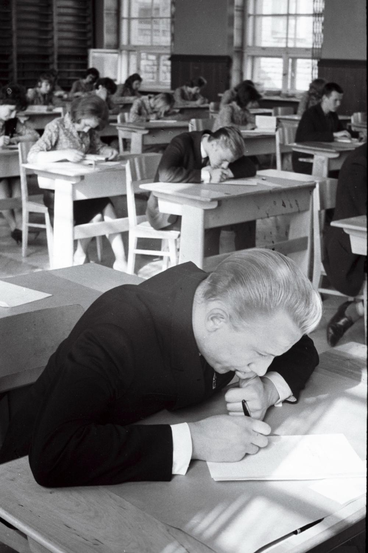 J. Lauristini nimelise Tallinna 16. Keskkooli abiturient Aldo Kerstna küpsuseksamil kirjandit kirjutamas, 1964. Fotograaf: I Prooso. EFA.250.0-45644