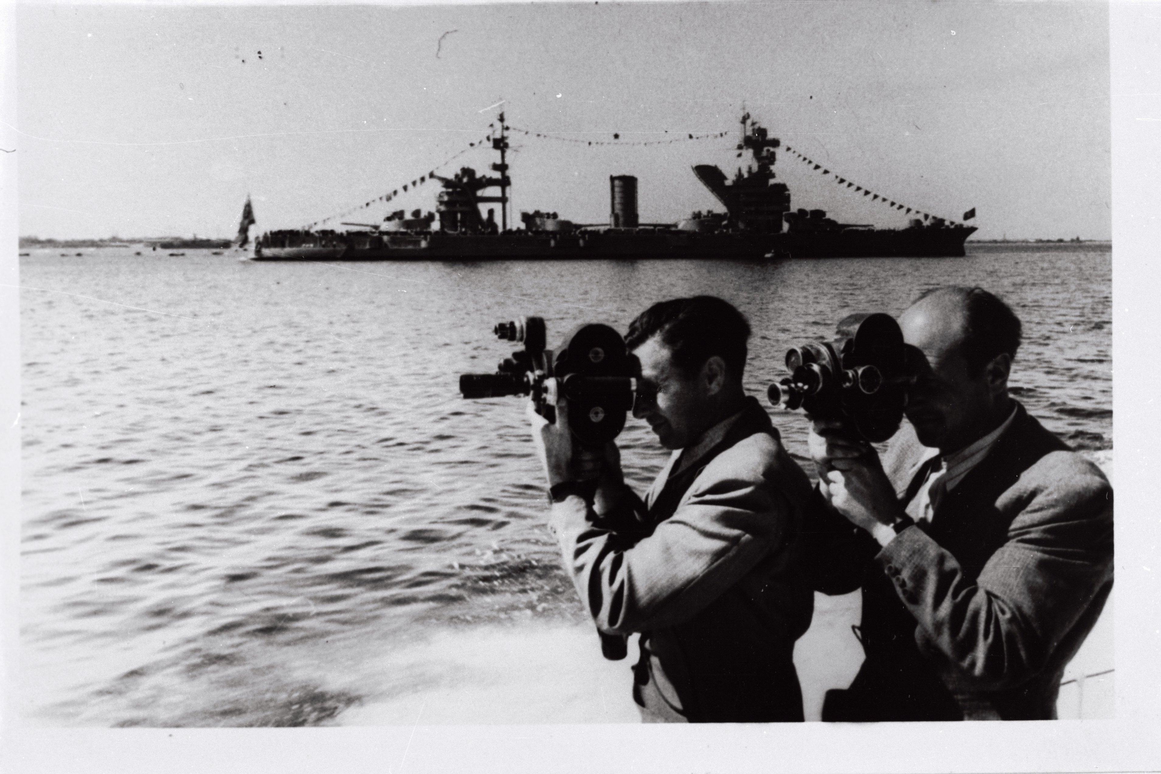 EFA 0-55741. Tallinna Kinostuudio operaatorid Vladimir Parvel (paremal) ja Semjon Školnikov võtetel sõjalaevastiku päeval Tallinnas. Foto: autor teadmata, 1949