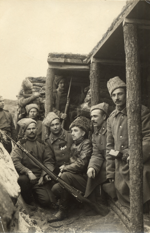 Vene sõdurid kaevikus Vene-Saksa rindel. Keskel nahkjopes fotograaf-vabatahtlik Aleksander Funk Tartust. EFA.231.0-58369