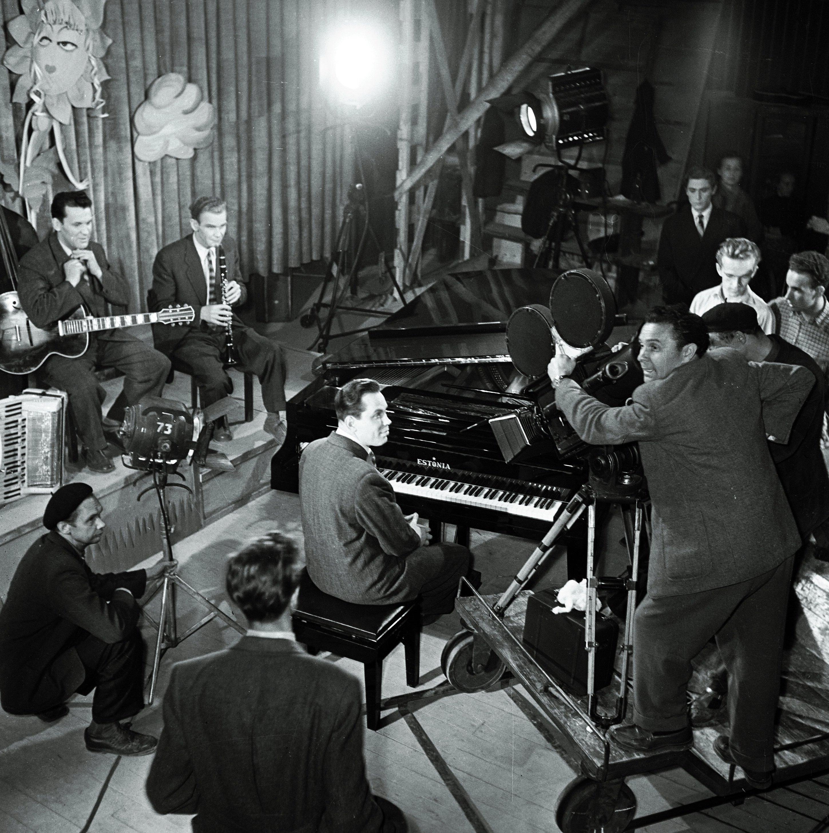 """EFA 0-62434. Mängufilmi """"Juunikuu päevad"""" filmimine, kaamera taga operaator Semjon Školnikov. Foto: Oti Vasemaa, 1957"""