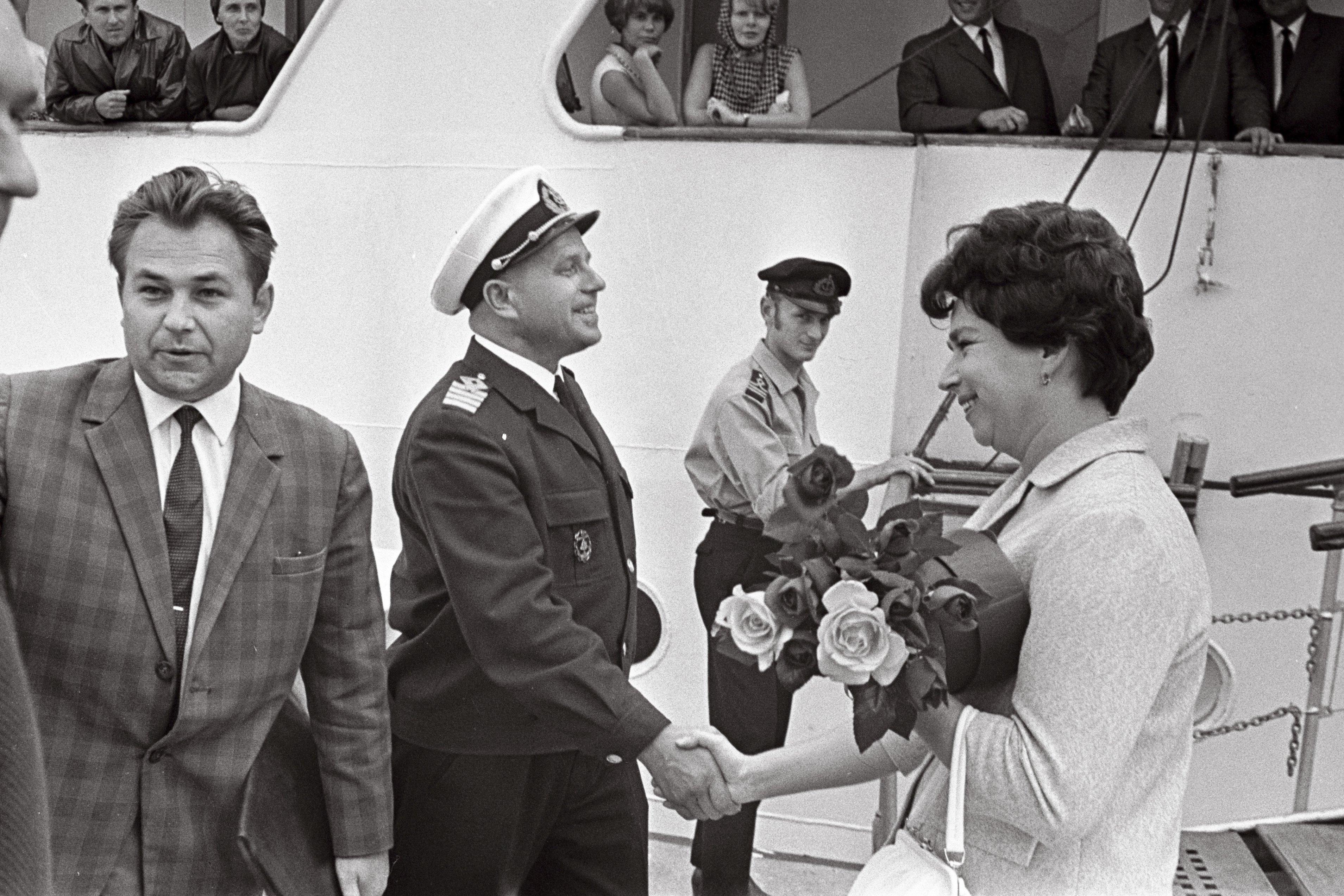 "Mootorlaeva ""Tallinn"" kapten J. Surmin õnnitleb 25 000. reisijat soomlannat A. Jansenit. August 1966. EFA.204.0-69857"