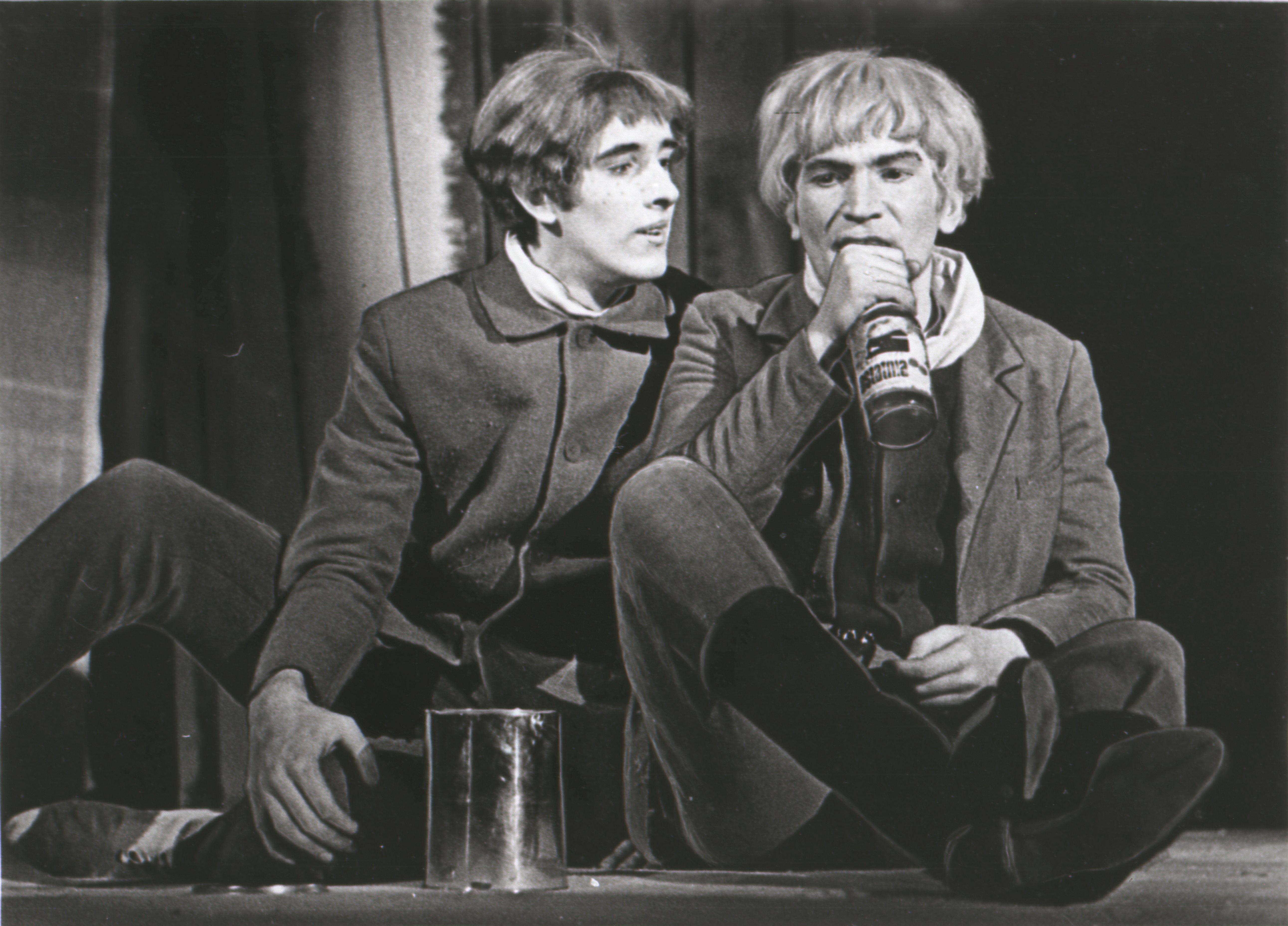 """EFA 0-80547. Lembit Ulfsak Kiirena ja Mikk Mikiver Tootsina O. Lutsu """"Kevade"""" dramatiseeringus Noorsooteatris. Foto: Gunnar Vaidla, 1969"""