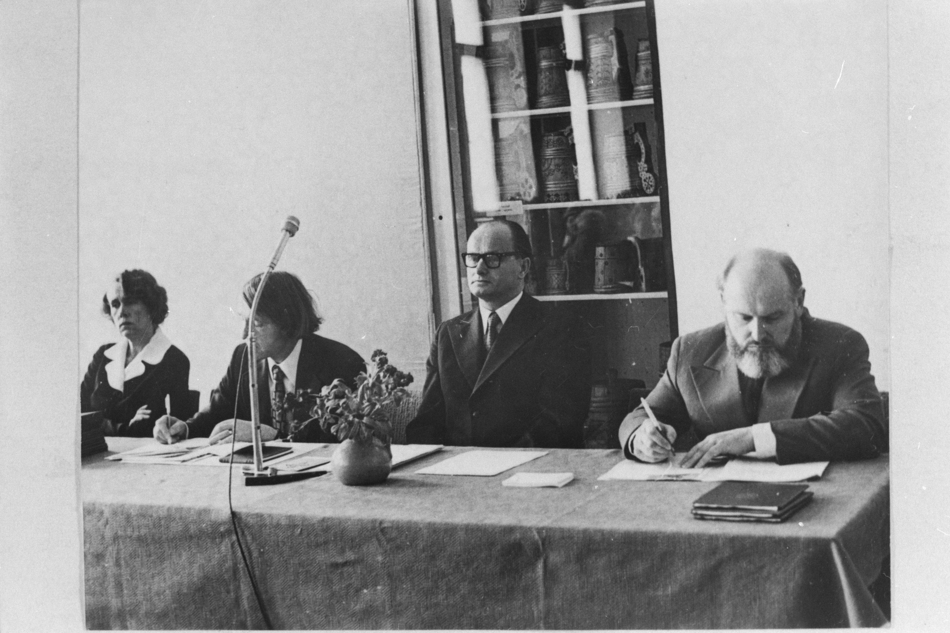 EFA.311.0-94875. Muuseumi teaduskonverents 14.apr. 1976, paremalt direktor Aleksei Peterson ja teaduslik sekretär Jüri Linnus
