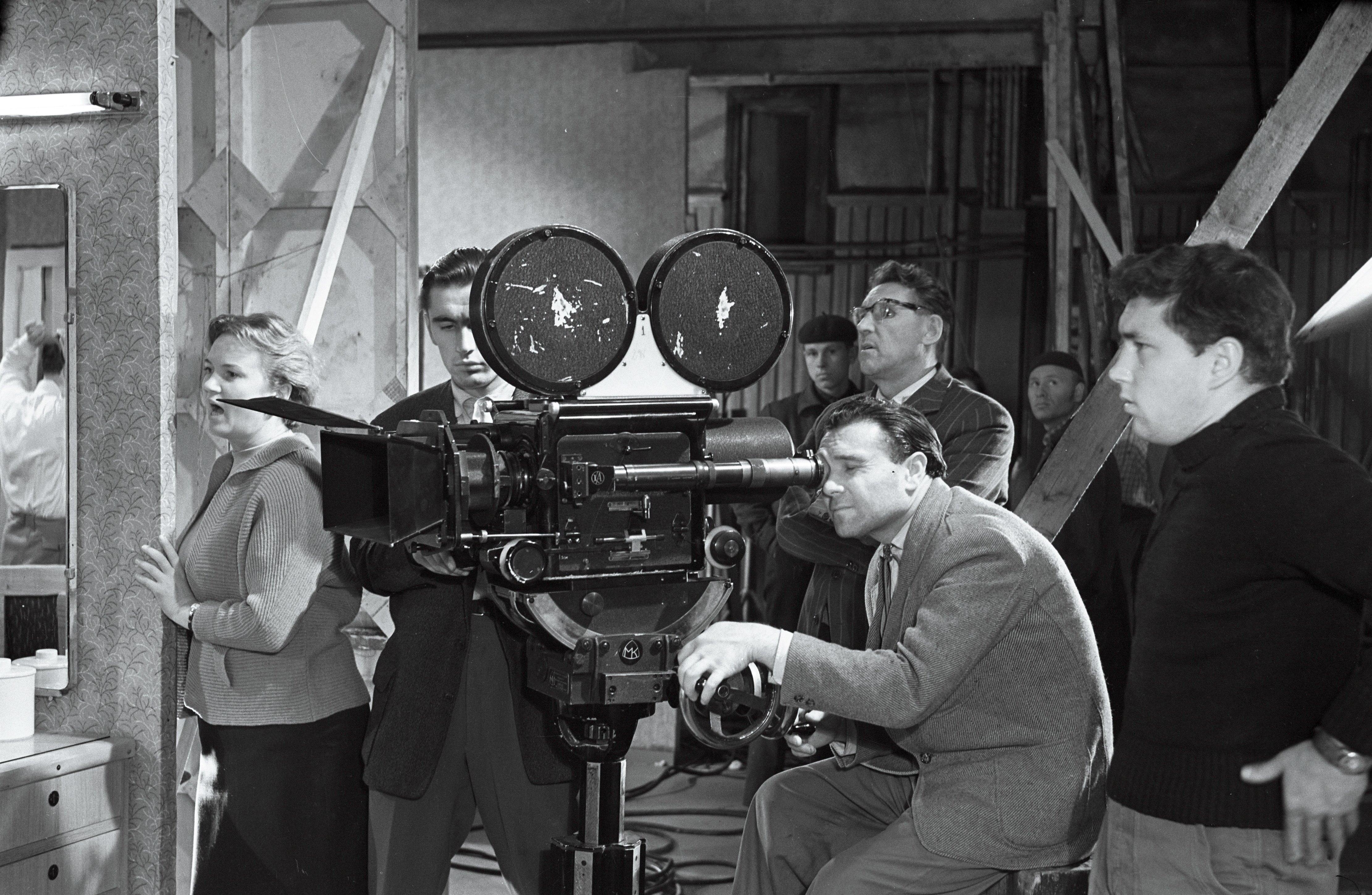 """EFA 1-2672. Mängufilmi """"Juhuslik kohtumine"""" võtetel, kaamera taga operaator Semjon Školnikov. Foto: autor teadmata, 1960"""