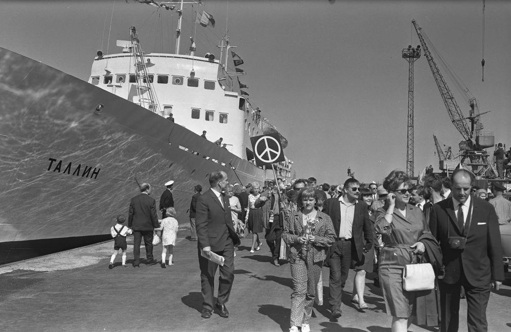 """Turistid saabuvad laevaga """"Tallinn"""" Helsingist, 1968. RA, EFA.204.1-5091. 1-5091_ft"""