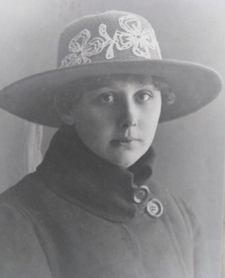 Naised, laevad, kübarad: 20. sajandi alguse kübaramood laevadel teeninud naiste porteefotodel