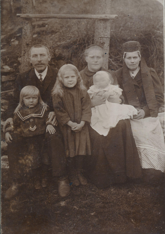 August Jundas ja tema pere 1914. aasta sügisel. Pildil isa jalgade juures poeg Johannes Adolf, tütar Marie Katharine, ema Juuli, süles August Aleksander, Juuli ema Kadri Kuulmann. Tütar Hilda Hermine sündis 9 kuud pärast isa koduskäimist. Erakogu