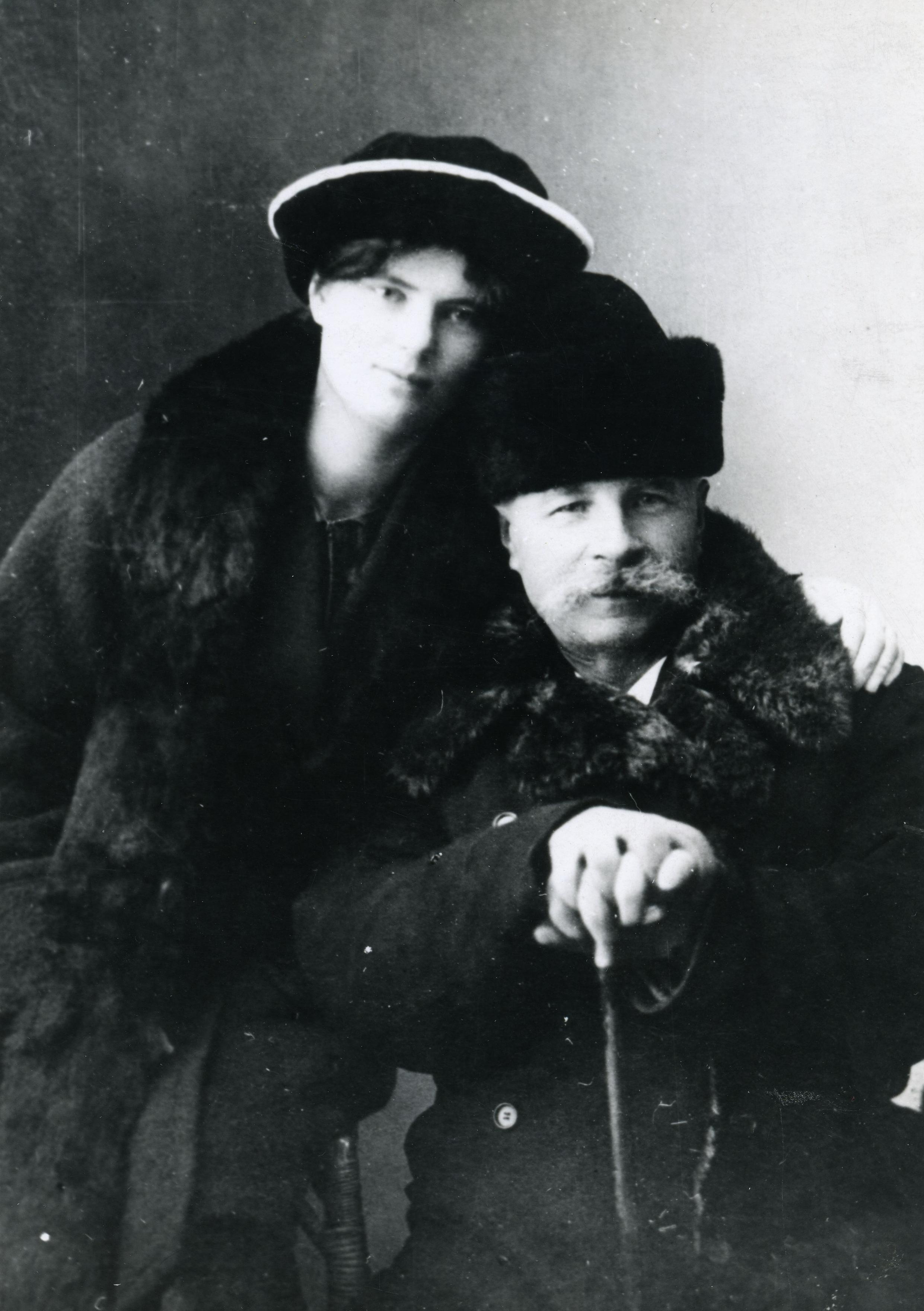 Martin Vares koos «mõrsja» Ella Zingeliga Tartus 1915. aastal. EKLA, B-37-4371