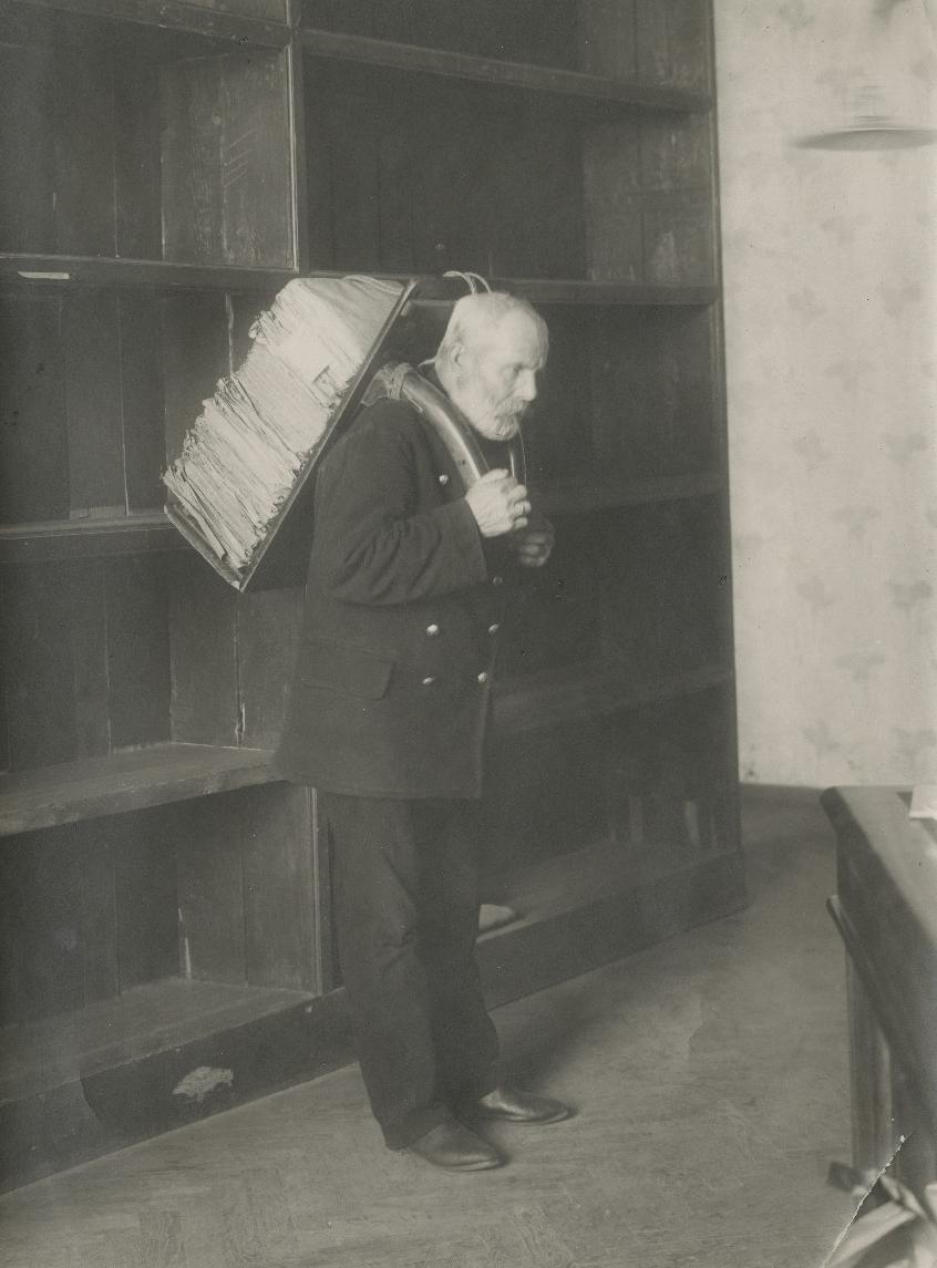 Riigi Keskarhiivi kaastööline A. Mägi dokumentidega töötamas. 1930ndad. Foto: E. Selleke. EAA.661.1.807.6