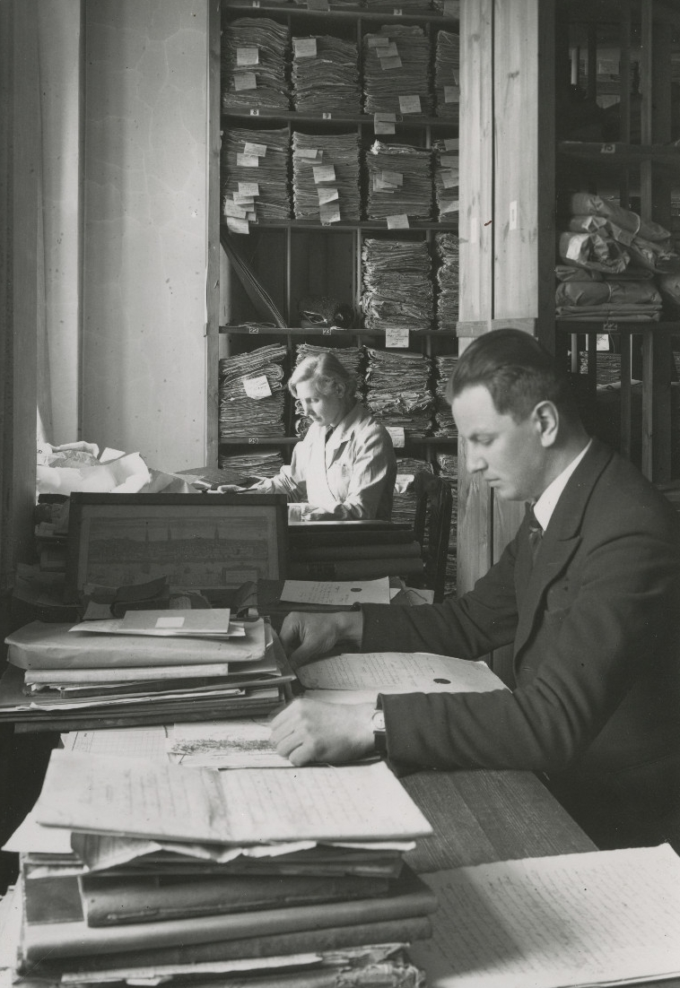 J. Kruus ja S. Koobakene dokumentidega töötamas. 1930ndad. Foto: E. Selleke. EAA.661.1.807.7