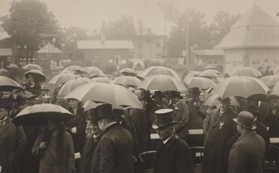 Konstanin Päts ja riigi- ning näitusetegelased vihmavarjudega Tartus näitusel, 1931. RA, EAA.1858.1.345.95. eaa1858_001_0000345_00000_00095_f.jpg