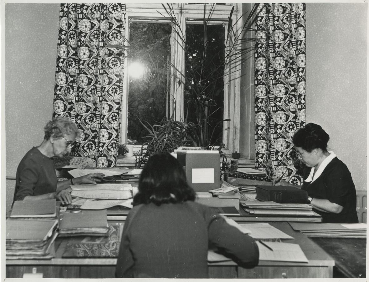 ENSV Riikliku Ajaloo Keskarhiivi töötajad ametipostil. Foto: Urmas Märtin. EAA.R-271.1.1133.10
