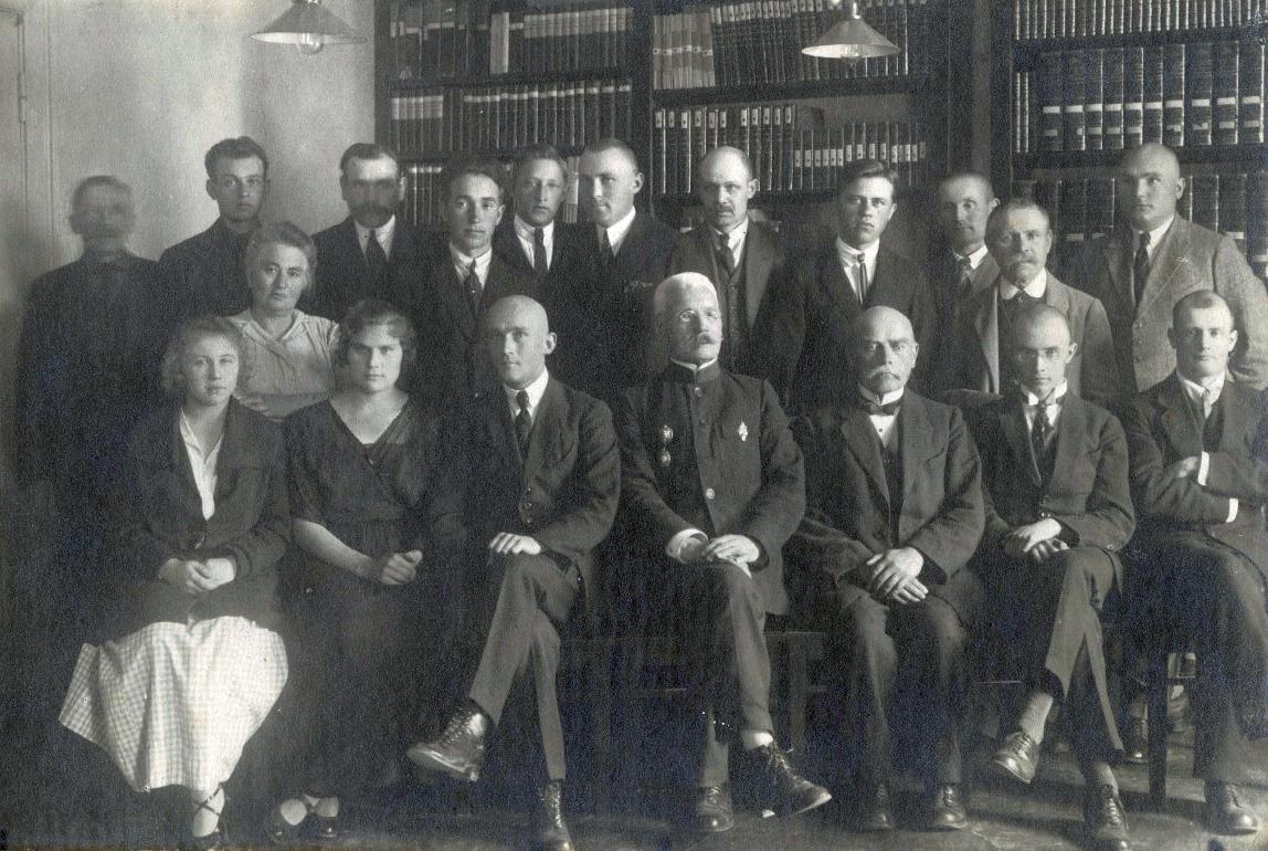 Üks esimesi töötajate ühispilte 1923. või 1024. aastast. Esimeses reas paremalt teine Adolf Perandi, kolmas Wilhlem Ederberg, neljas abijuhataja Friedrich Nineve. Teises reas Magda Hermann. EAA.R-271.1.1286