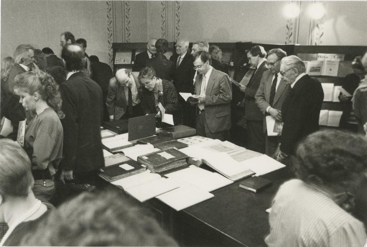 Külalised tutvuvad Ajalooarhiivi 70. juubelile pühendatud näitusega. EAA.R-271.1.1299.55
