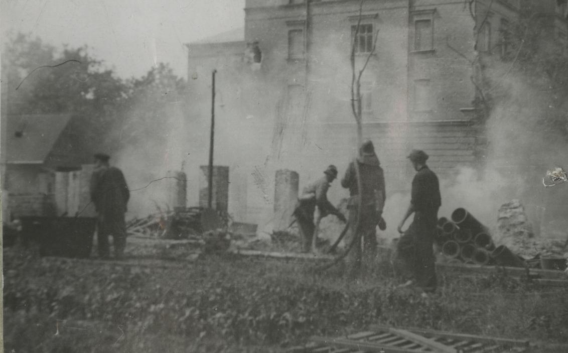 Tartu Keskarhiivi hoone tulekahju kustutustööd. 1941–1944. EAA.R-271.1.1682.13.48
