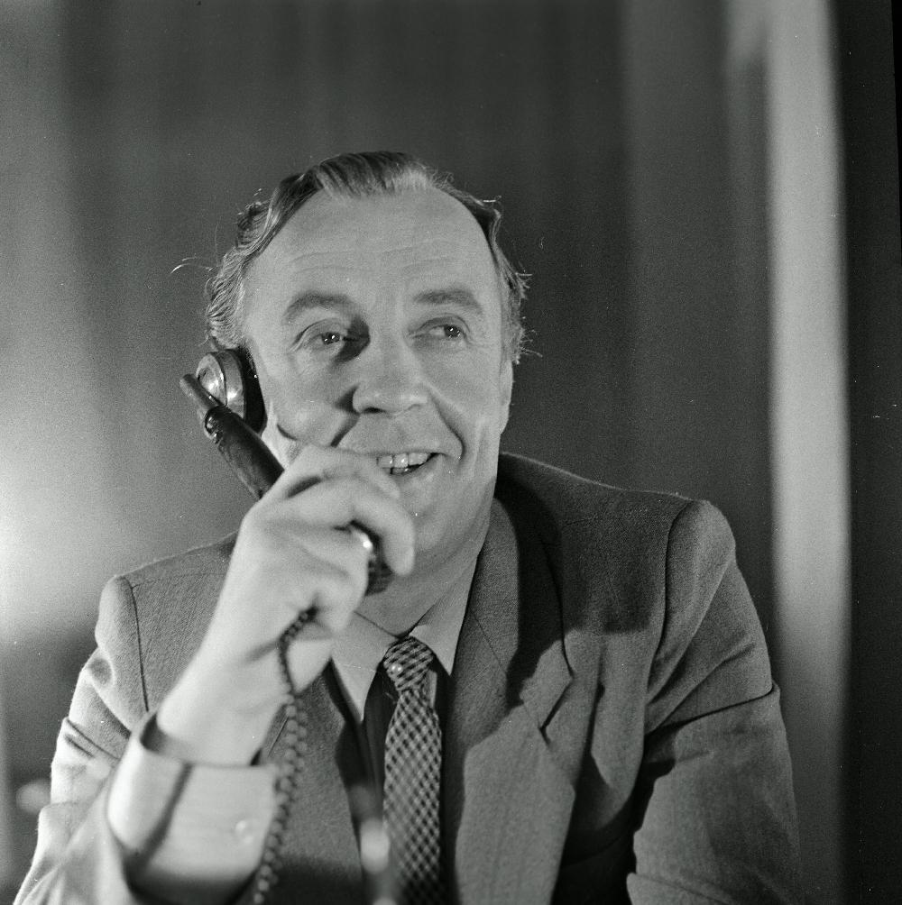 """Tallinnfilmi mängufilm """"Bande"""". Paul Madving (Aarne Üksküla) räägib telefoniga, 1985. Foto: Oti Vasemaa. RA, EFA.203.0-204082. 120mm negatiivfilm"""