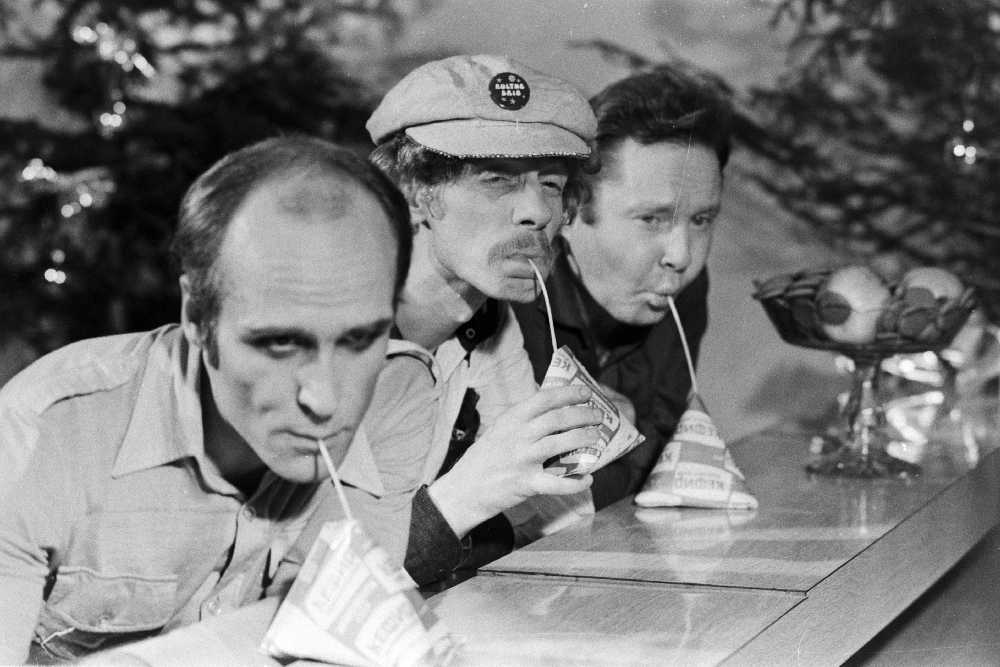 """Eesti Televisiooni aastavahetuse saates esinevad ansambli """"Kuldne trio"""" liikmed (paremalt) Mihkel Smeljanski, Jüri Vlassov ja Mati Murumaa, 1982. Foto: Endel Tarkpea. EFA.204.0-134212. 35mm negatiivfilm"""