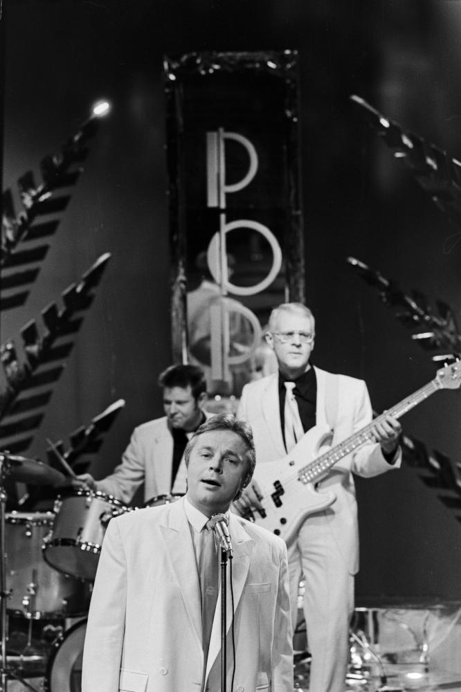 """Eesti Televisiooni aastavahetuse saates esineb laulja Ivo Linna ansambliga """"Rock- Hotell"""", 1984. Foto: Endel Tarkpea. EFA.204.0-136369. 35mm negatiivfilm"""