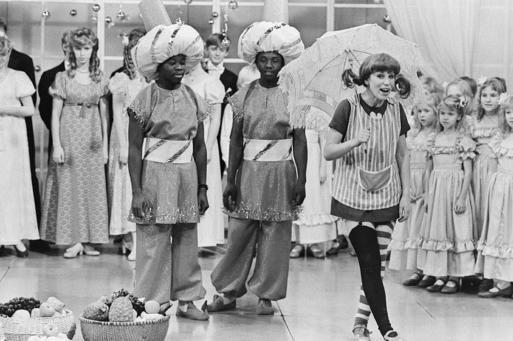 """Eesti Televisiooni aastavahetuse saates esineb Pipi Pikksukk — """"Estonia"""" solist Liidia Roos, 1984. Foto: Endel Tarkpea. EFA.204.0-136371. 35mm negatiivfilm"""
