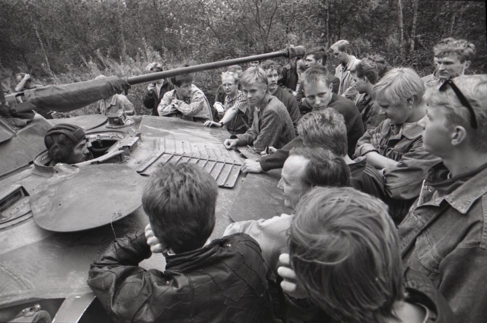 Seoses riigipöördekatsega NSV Liidus Eestisse saadetud Nõukogude Armee tanki Kloostrimetsas blokeerivad noorukid, 1991. Harald Leppikson. RA, EFA.250.0-150450. efa0250_000_0000000_150450_ft