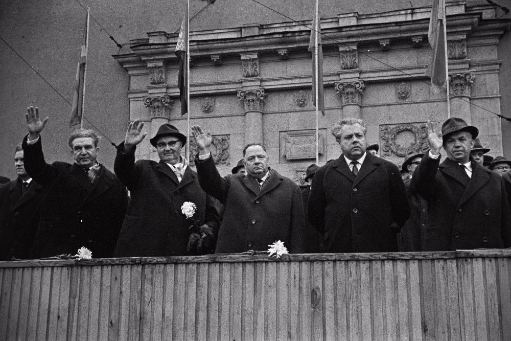 A.Klauson, A.Müürisepp, J.Käbiv,A.Vader ja K.Vaino Võidu väljaku tribüünil 7.nov.1967. RA, EFA.250.0-59011. 35mm negatiivfilm