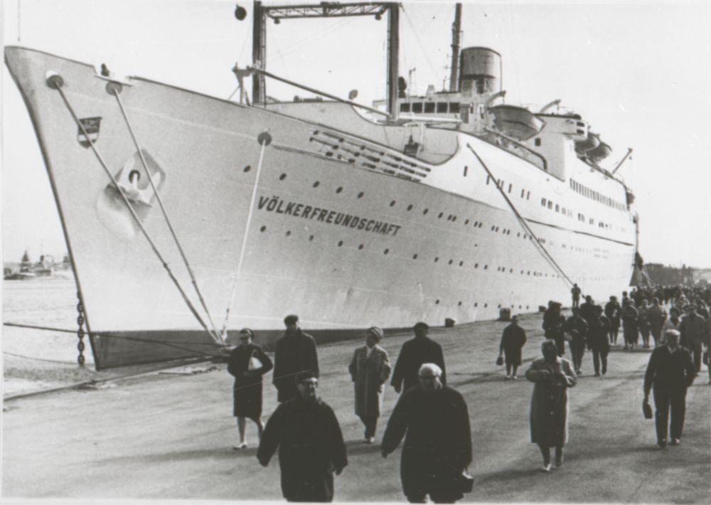 """Saksa DV kruiisilaev """"Völkerfreundschaft"""" Tallinna sadamas, 1968. RA, EFA.242.0-71167. efa0250_000_0000000_71167_ft"""