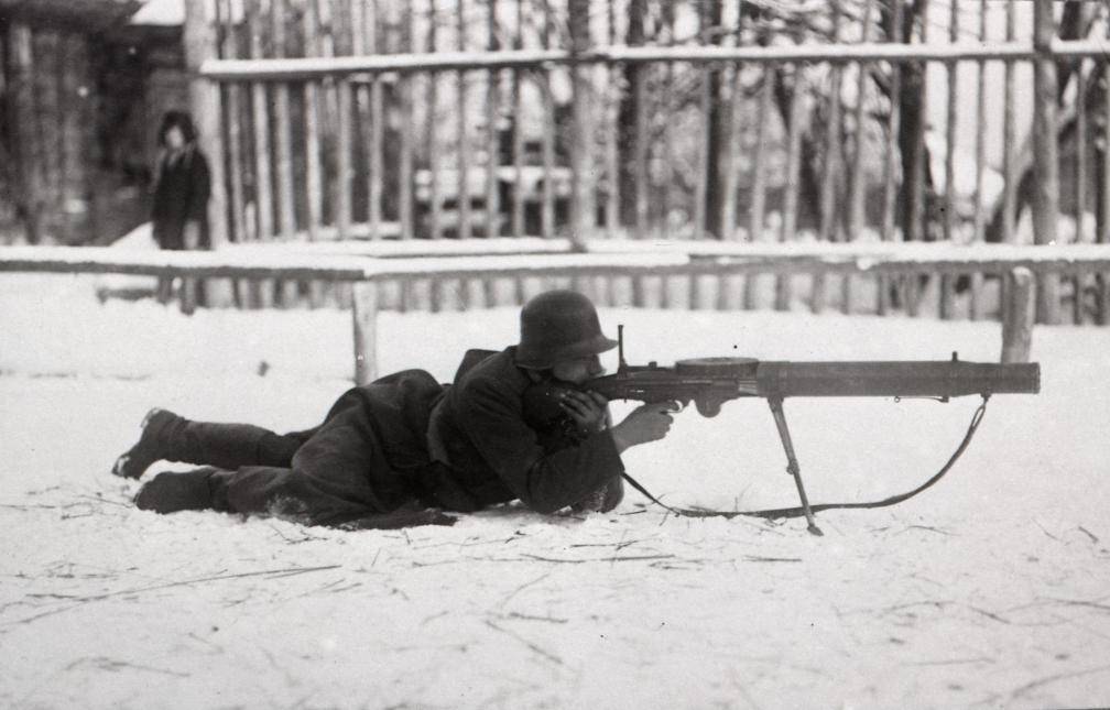 Sõdur kergekuulipildujaga Lewis Vabadussõja ajal Suur-Žerdjankas. RA, EFA,257.A.286.197