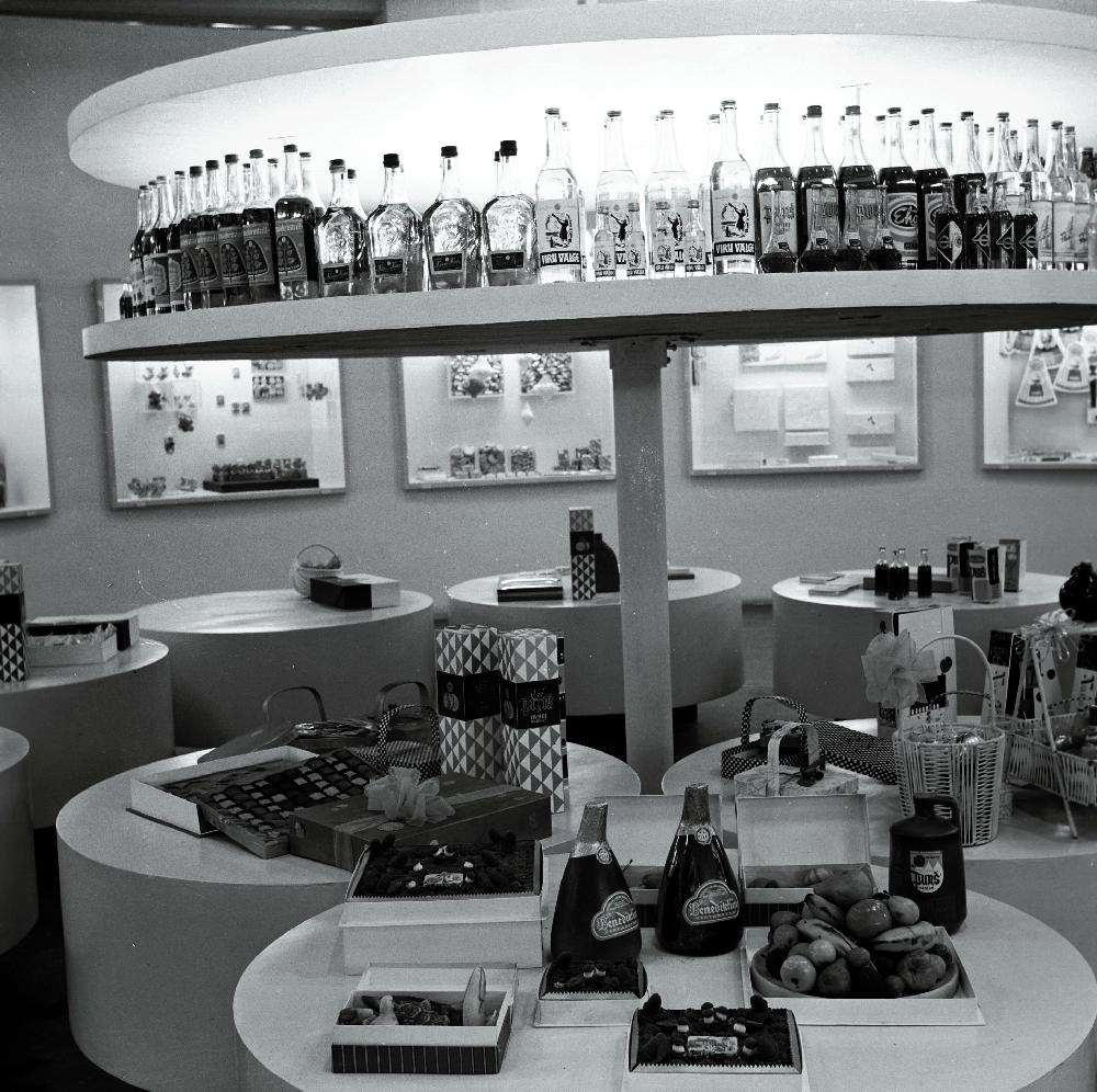 """Vabariiklik juubelinäitus """"50 aastat Suurt Oktoobrit"""". Toodangu väljapanek: alkohol, maiustused jpm. RA, EFA.289.0-63865. 120mm negatiivfilm"""
