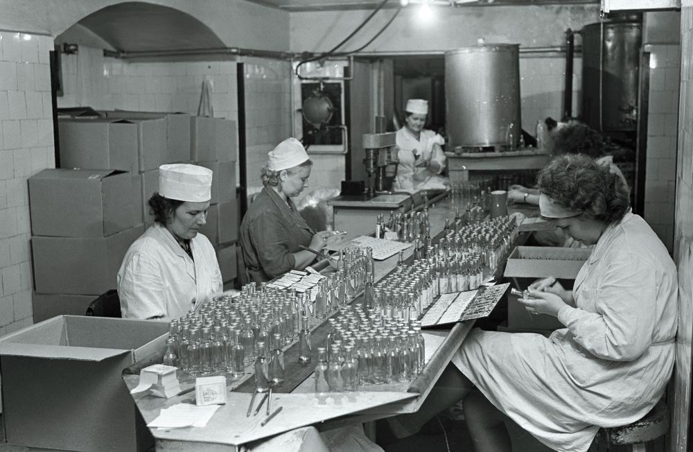 Suveniiride valmistamine Tallinna Likööri- ja Viinatehases, 1965. RA, EFA.289.1-5713. 120mm negatiivfilm