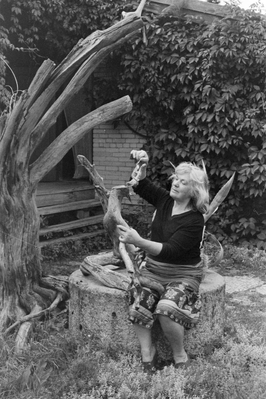 Kunstnik Valli Lember-Bogatkina koduaias Karepal, 1988. Foto: Isi Trapido. RA. EFA.331.0-138734. 35mm negatiivfilm