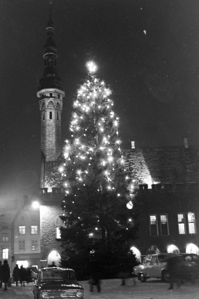Tuledesäras näärikuusk Tallinnas Raekoja platsil 1968.a. EFA.331.0-97044