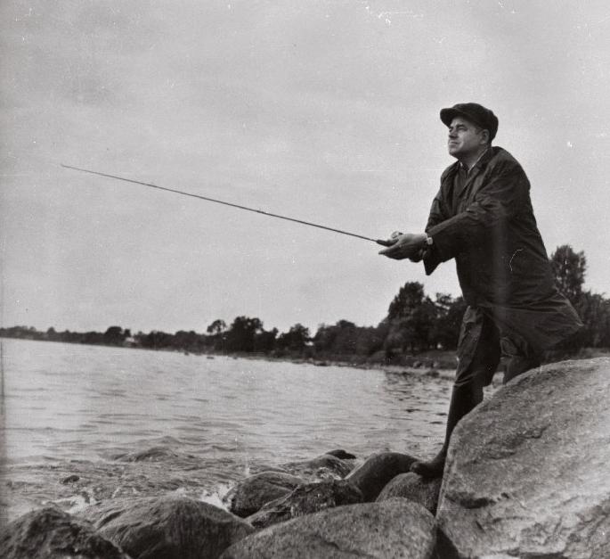 Kirjanik Aadu Hint kala püüdmas, 1965. Foto: Valdur-Peeter Vahi. RA, EFA.332.0-76353. 35mm negatiivfilm