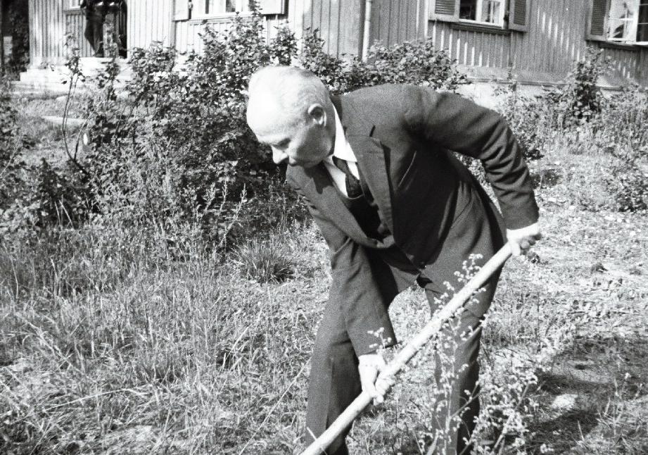 Maalikunstnik Kristjan Raud koduaias Nõmmel, 1940. RA, EFA.330.0-134974. 35mm negatiivfilm