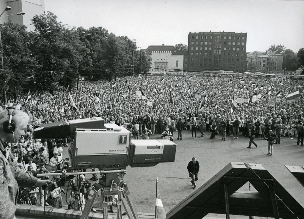 Rahvarinde korraldatud meeleavaldus augustiputši ajal Vabaduse väljakul. Voldemar Maask. RA, EFA.343.0-398757. efa0343_000_0000000_398757_ft