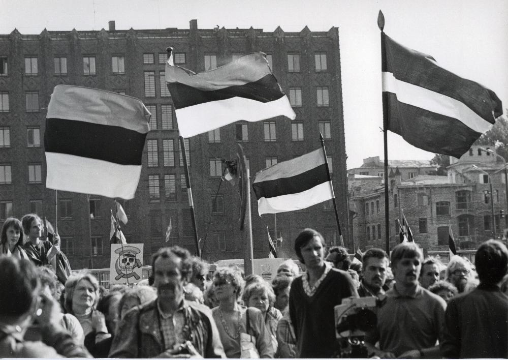 Rahvarinde korraldatud meeleavaldus augustiputši ajal Vabaduse väljakul. Voldemar Maask. RA, EFA.343.0-398759. efa0343_000_0000000_398759_ft