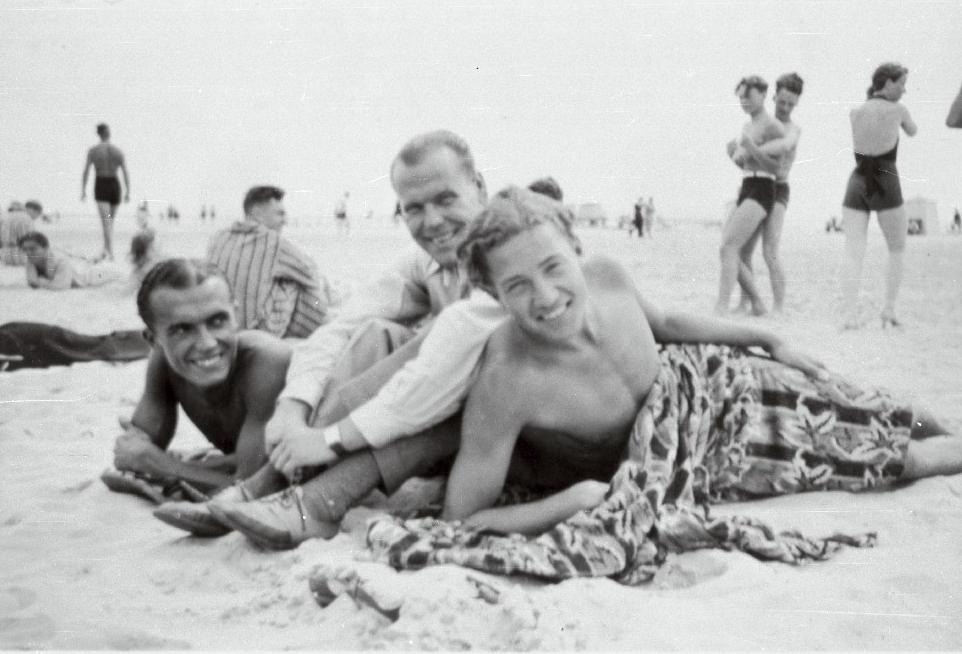Helilooja Raimond Valgre koos oma sõpradega mererannas. 1930ndad. RA, EFA.351.0-80335. 35mm negatiivfilm