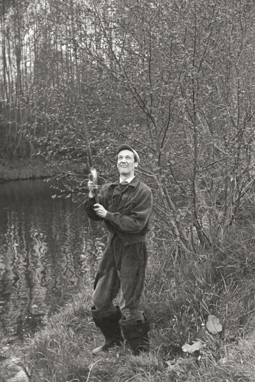 Näitleja Ervin Abel Pirita jõe ääres kala püüdmas, 1961. Foto: Valdur-Peeter Vahi. RA, EFA.412.0-203012. 35mm negatiivfilm